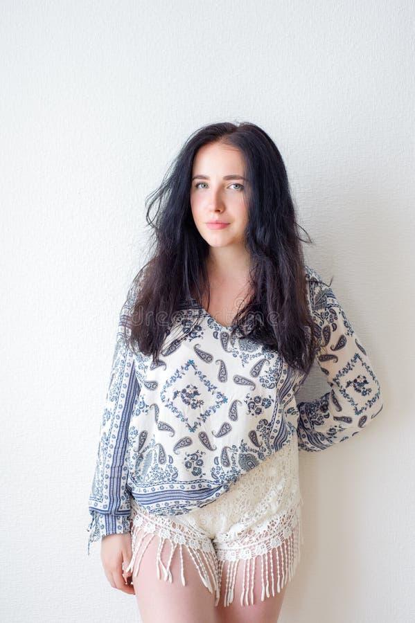 Weißer Hintergrund des Porträts der jungen Frau, nicht stockfotografie