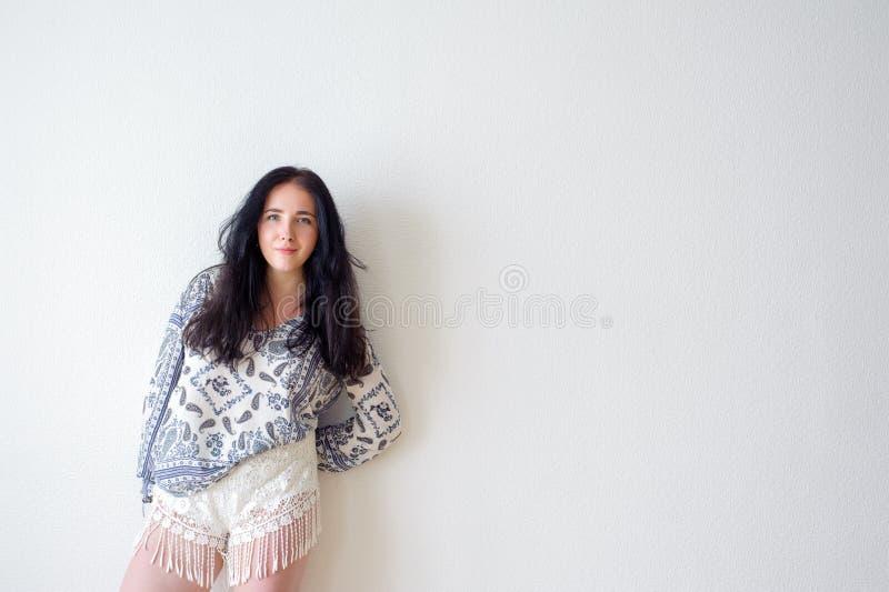 Weißer Hintergrund des Porträts der jungen Frau, nicht lizenzfreie stockbilder