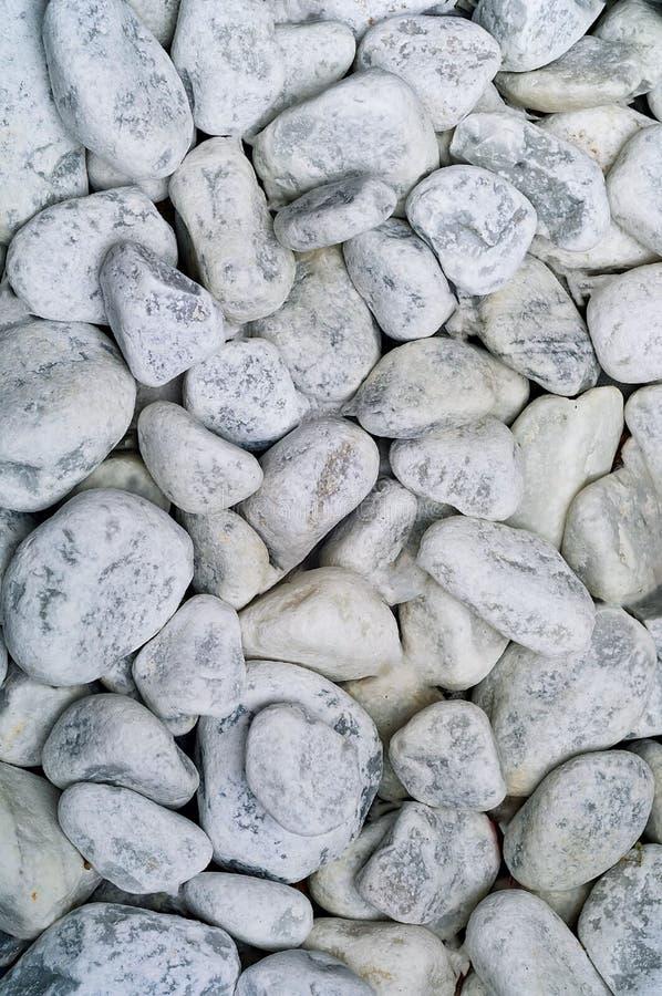Weißer Hintergrund von Seesteinen oder von Steinhintergrund Design, natürliches Licht, Kopien-Raum, stockfoto