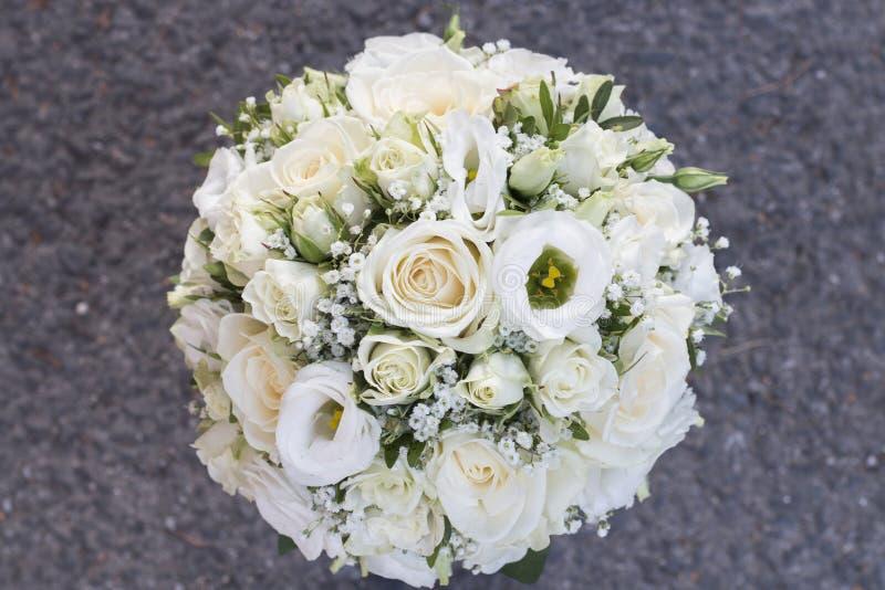 Weißer Hochzeitsblumenstrauß stockfotografie