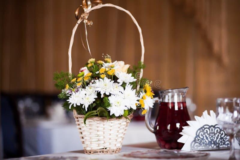 Download Weißer Hochzeitskorb stockfoto. Bild von leinen, serve - 26357512