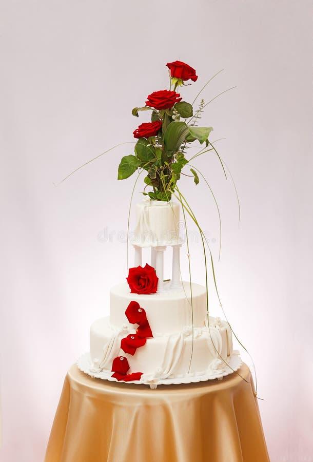 Weißer Hochzeitskuchen lizenzfreies stockfoto