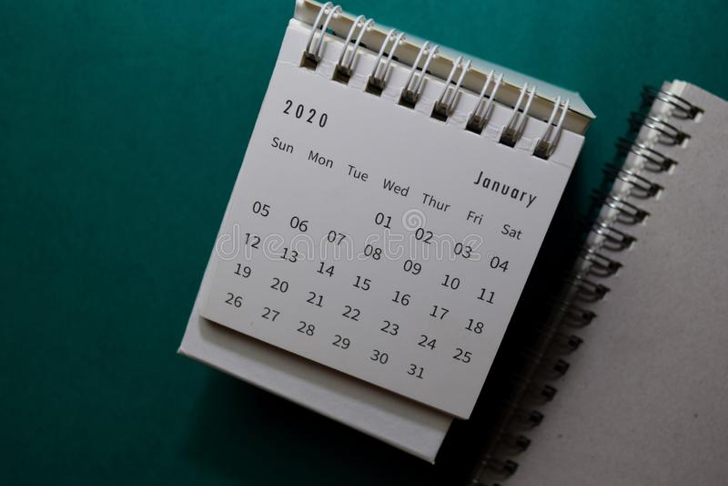 Weißer Kalender Januar 2020 auf Büroschreibuntergrund stockfotos