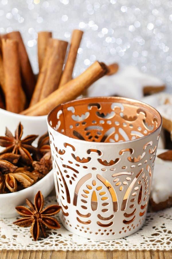 Weißer Kerzenhalter mit orientalischen Verzierungen lizenzfreies stockfoto