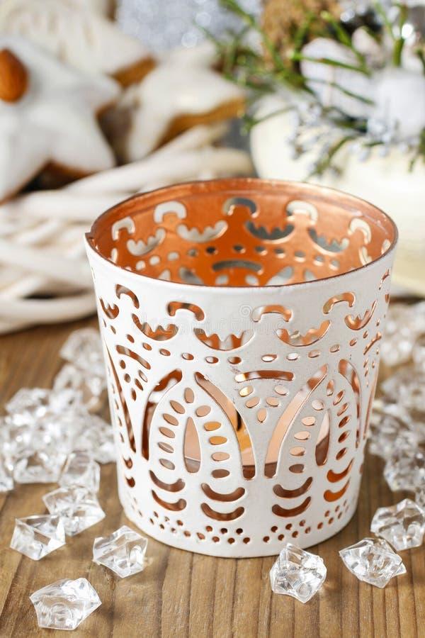 Weißer Kerzenhalter mit orientalischen Verzierungen stockfotos