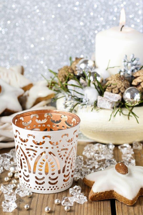 Weißer Kerzenhalter mit orientalischen Verzierungen stockfotografie
