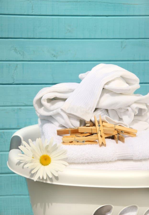 Weißer Korb mit Wäscherei stockfotografie