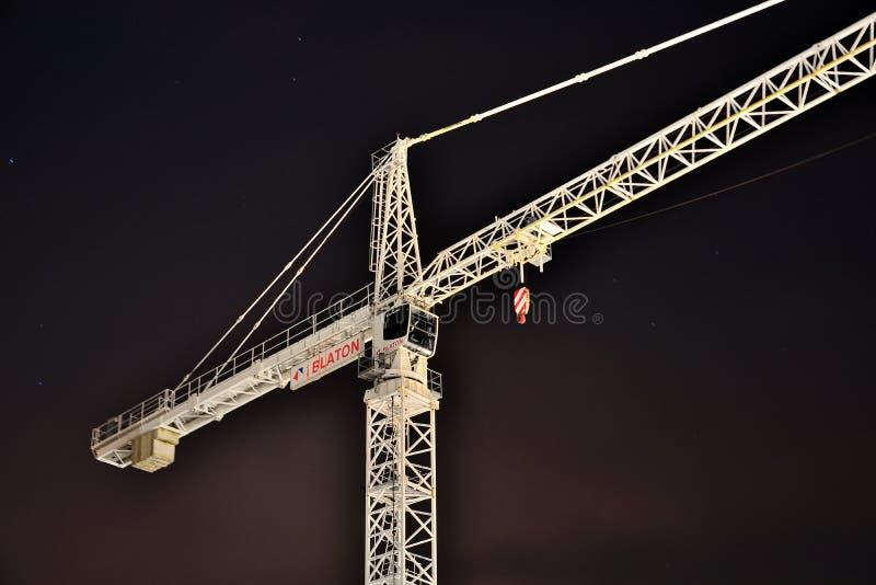 Weißer Kran nachts stockfoto