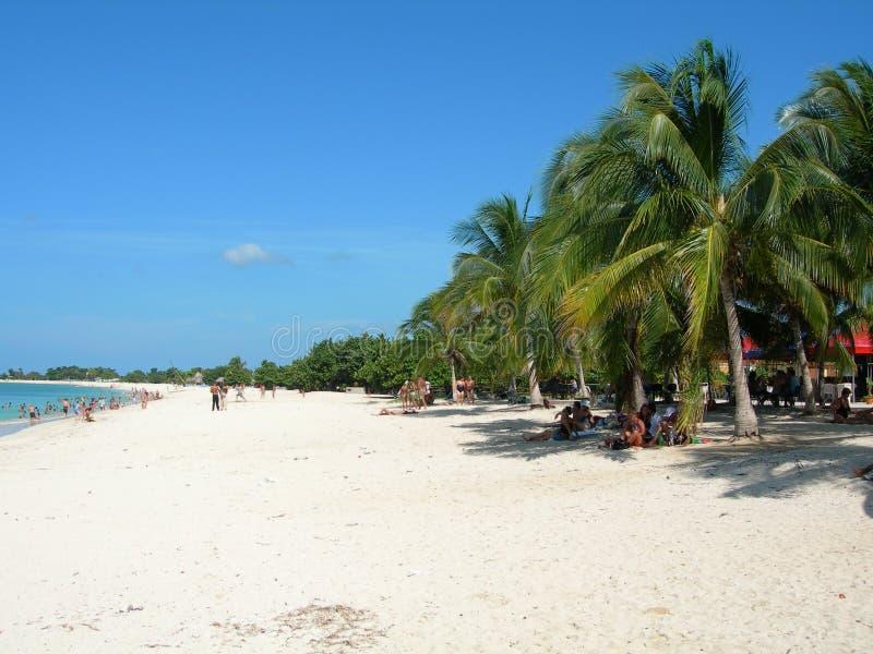 Weißer kubanischer Strand lizenzfreie stockfotografie
