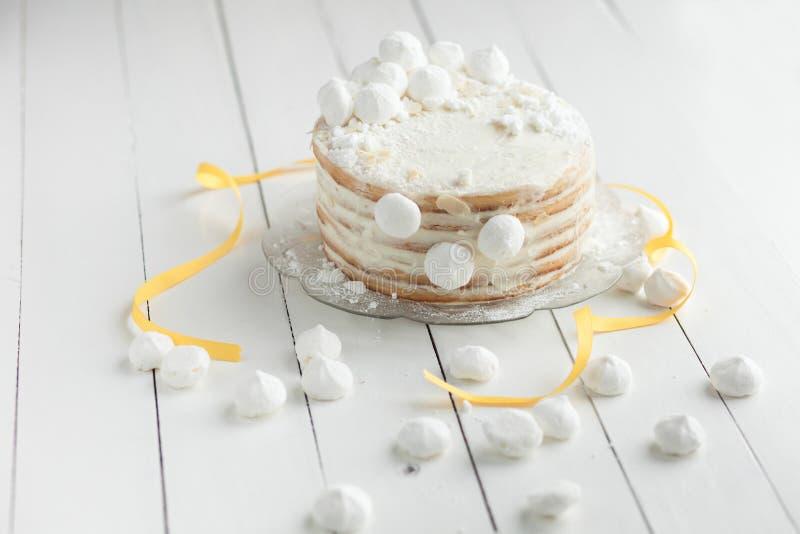 Weißer Kuchen mit marshmellow auf Platte stockbild