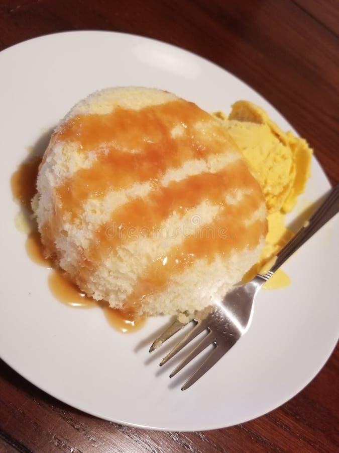 Weißer Kuchen mit selbst gemachter MangoEiscremewüste lizenzfreies stockbild