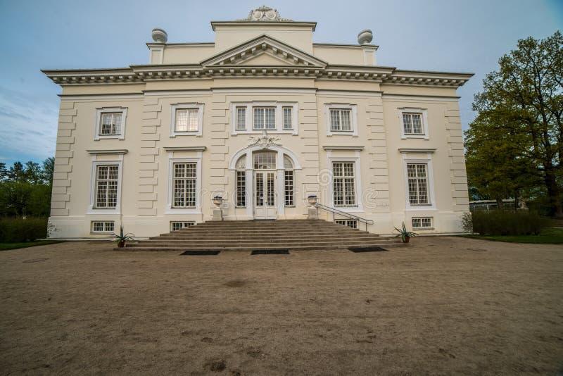 Weißer Landsitz nahe Trakai lizenzfreies stockfoto