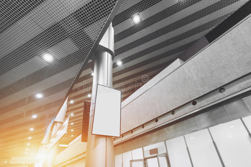Weißer LCD-Spott des freien Raumes oben auf Spalte des Flughafenabfertigungsgebäudes stockbilder