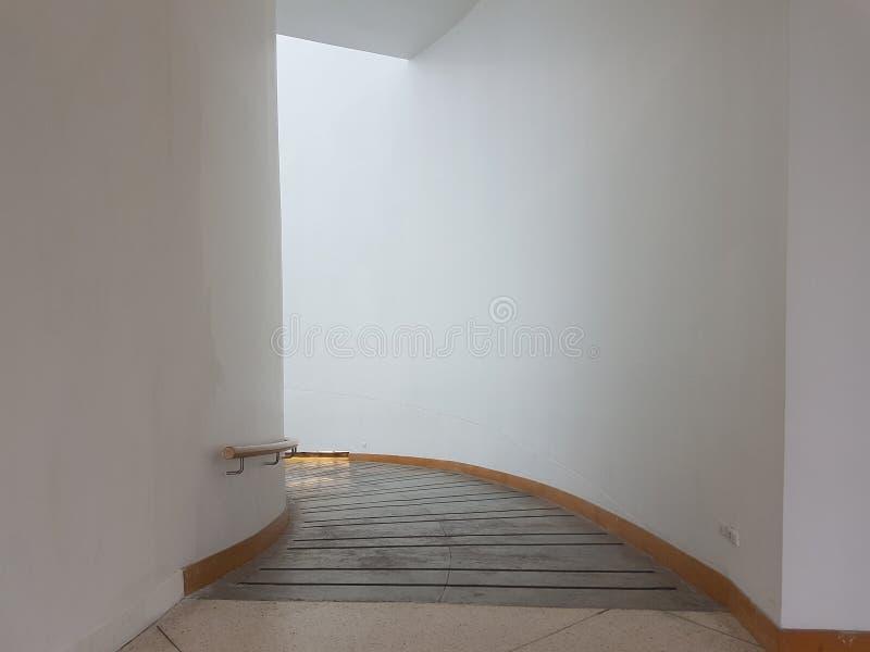 Weißer leerer Kurvenkorridor stockbild