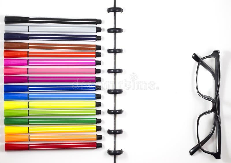 Weißer leerer Sketchbook mit Farbstift- und -augengläsern für Geschäftsschablone, Draufsicht/flache Lage stockfotos