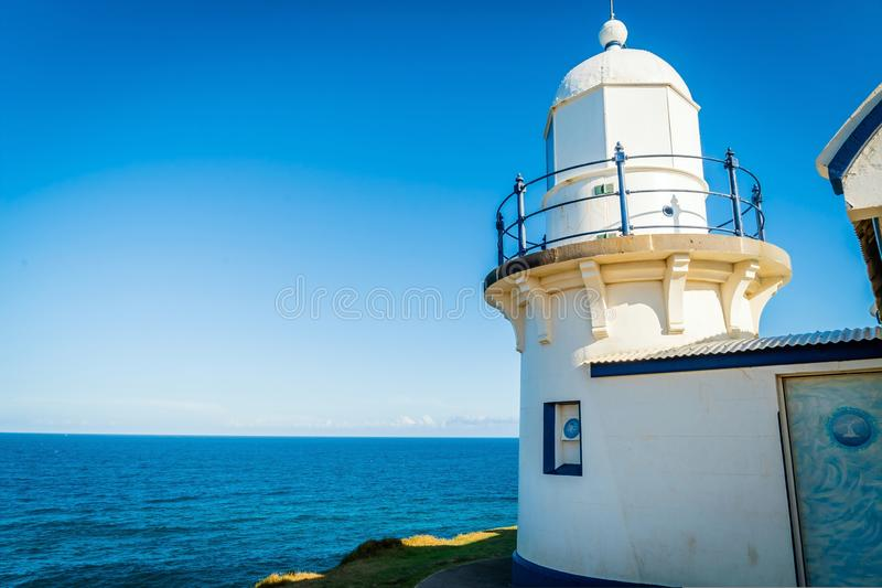 Weißer Leuchtturm über dem Meer im Hafen Macquarie, New South Wales, Australien lizenzfreie stockbilder