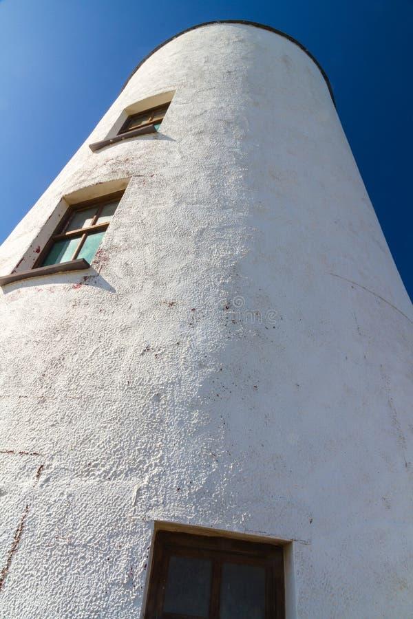 Weißer Leuchtturm auf Llanddwyn-Insel, Anglesey lizenzfreie stockbilder