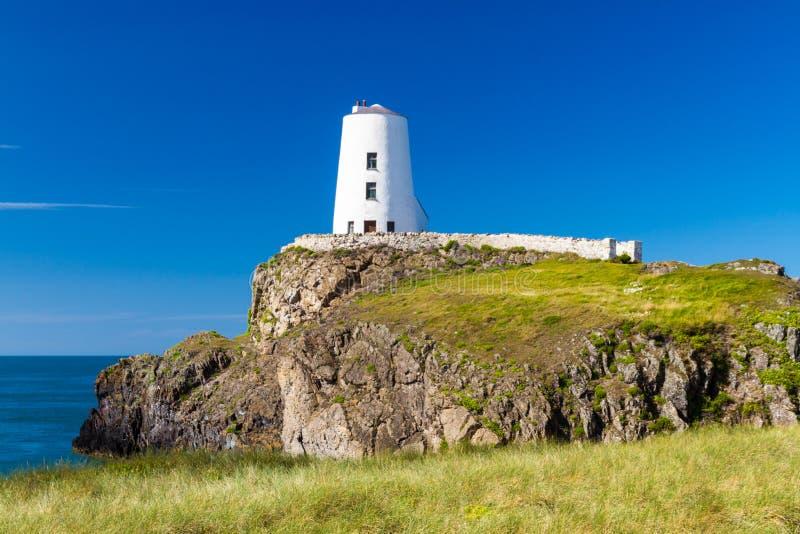 Weißer Leuchtturm auf Llanddwyn-Insel, Anglesey lizenzfreie stockfotos