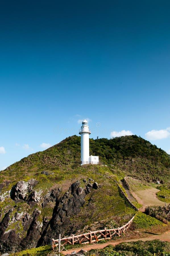 Weißer Leuchtturm auf Oganzaki-Klippe, Ishigaki-Insel, Okinawa, Ja lizenzfreie stockfotos