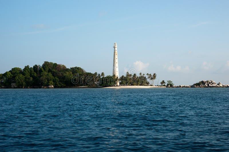Weißer Leuchtturm, der auf Inselstrand in Belitung, Indonesien steht stockfoto