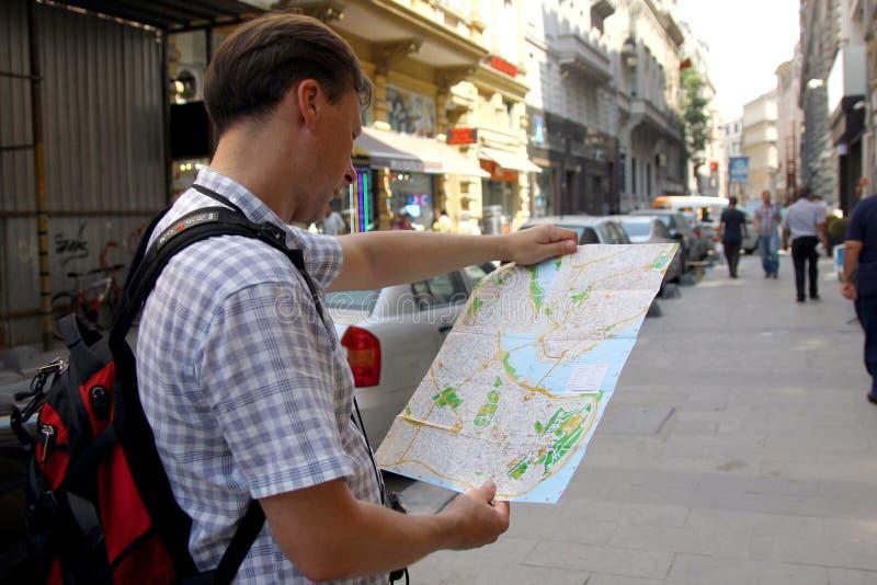 Weißer Mann mit dem Kartenreisen lizenzfreie stockfotografie
