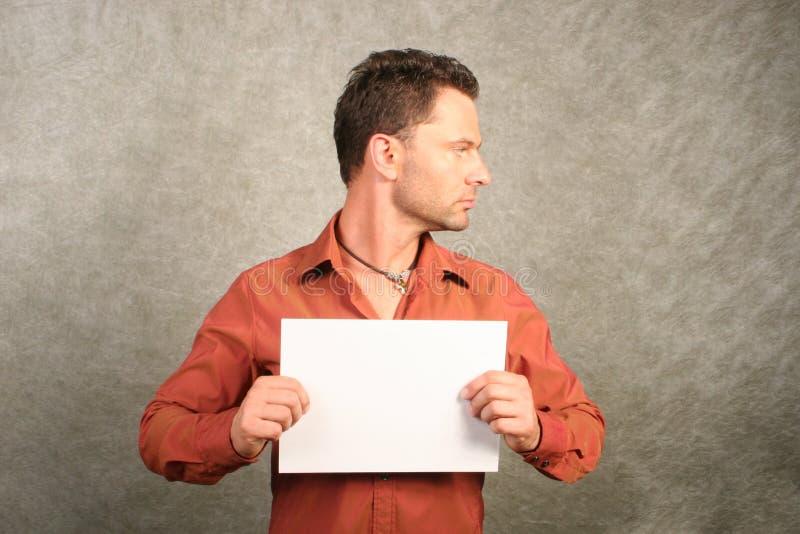 Weißer Mann mit unbelegter Karte - rechtes Profil stockbild
