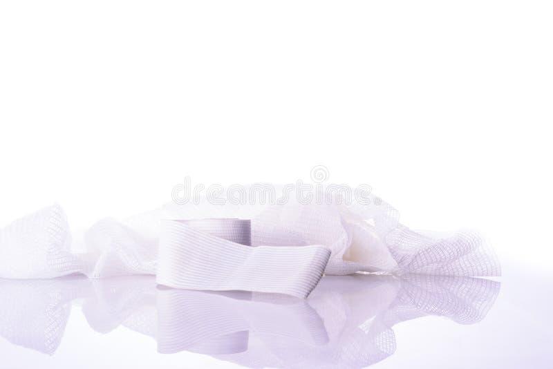 Weißer medizinischer Baumwollgazeverband auf Weiß stockfoto