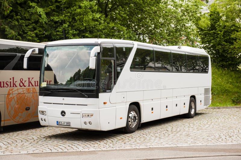 Weißer Mercedes-Benz-Zugbus stockfotos