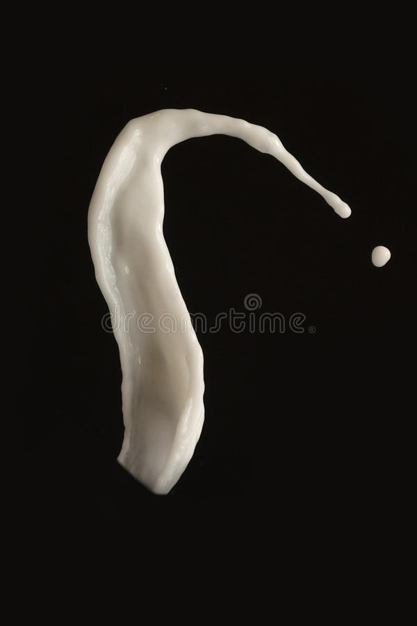 Weißer Milchspritzenschwarzhintergrund lizenzfreies stockfoto