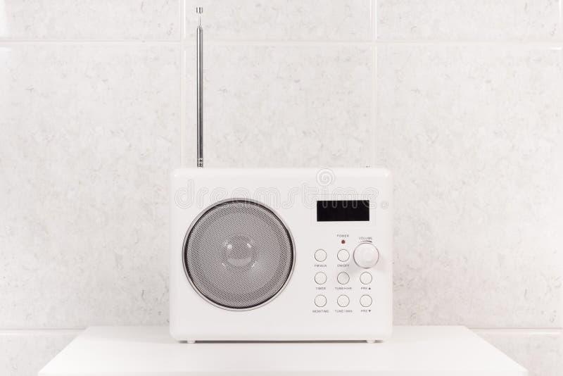 Weißer moderner Badezimmerfunk stockfotos