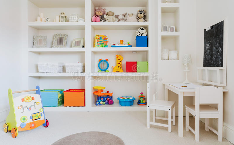 Weißer moderner Kindertagesstättenraum stockbild