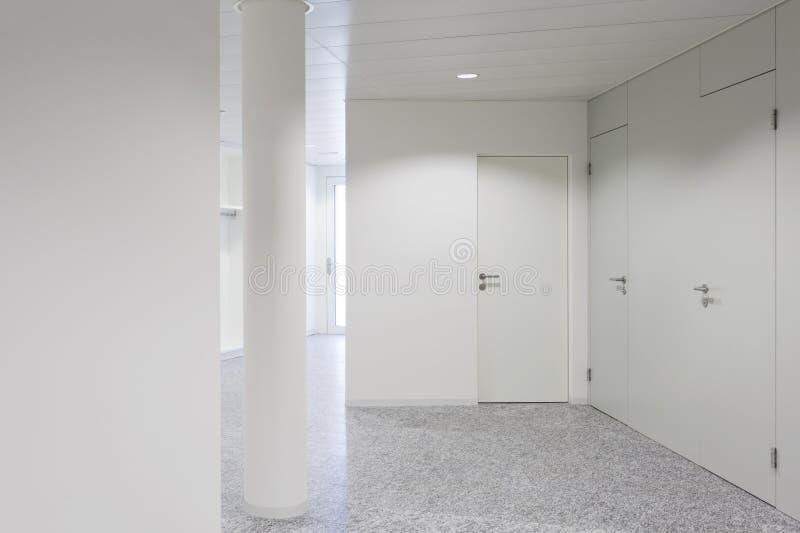 Weißer moderner Korridor und cloumn stockbilder