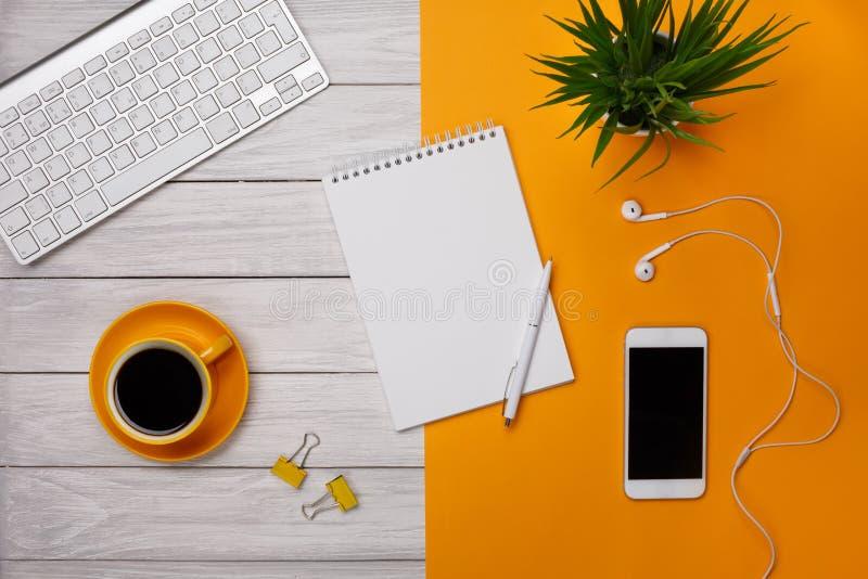Weißer Notizblock auf gelbem Hintergrund mit Bleistift und Papier stockfotos