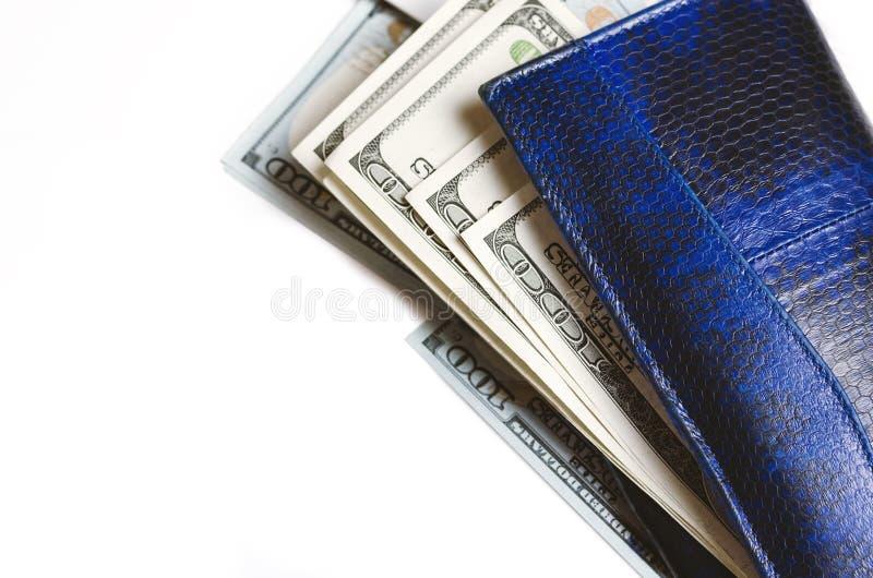 Weißer Notizblock und Geld auf weißem Hintergrund lizenzfreie stockfotografie
