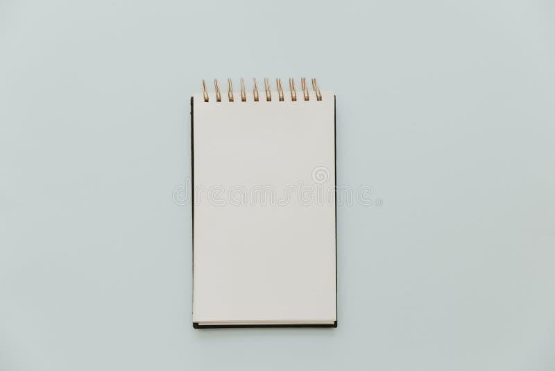 Weißer Notizbuchspott oben auf minimalem Pastellhintergrund stockbild