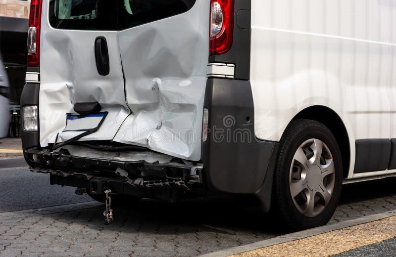 Weißer Packwagen beschädigt in einem Auffahrunfall stockbild