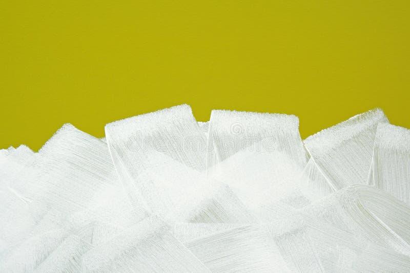 Weißer Pinsel streicht Beschaffenheit auf gelber Wand lizenzfreie stockfotos