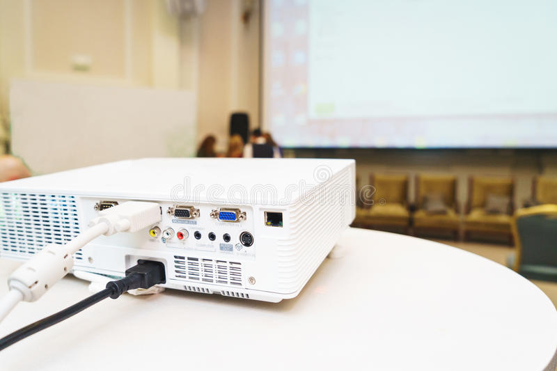 Weißer Projektor auf dem Tisch vorbereitet, um Videopräsentation zu übertragen lizenzfreie stockfotografie