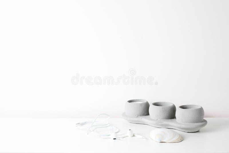 Weißer Rahmenspott oben auf einem Buchregal auf weißem Hintergrund lizenzfreie stockfotos