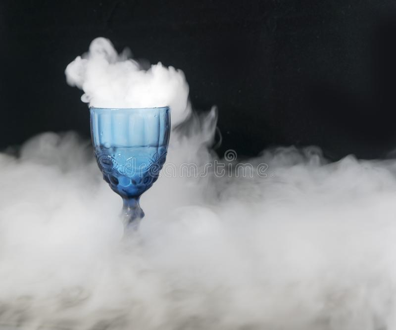 Weißer Rauch, der von einer Glasschale fließt stockfotografie