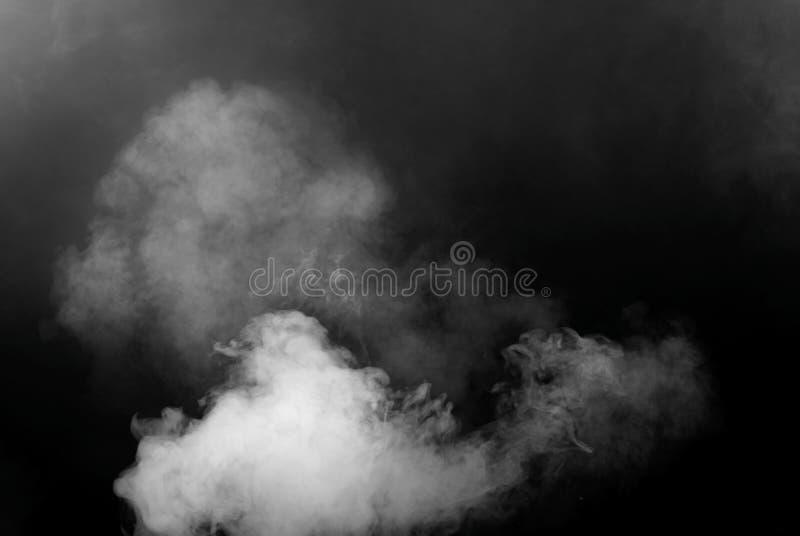 Weißer Rauch lokalisiert auf schwarzem Hintergrund stockfotografie