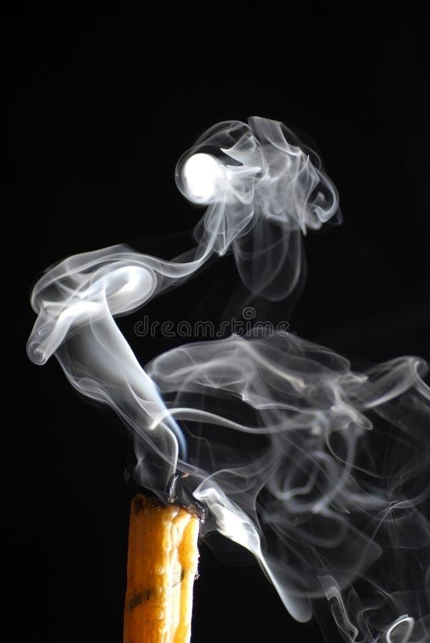 Weißer Rauch von der Kerze stockfotos