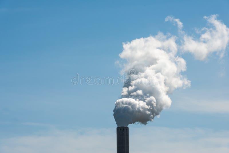 Weißer Rauch von einem Fabrikschornstein stockfotos