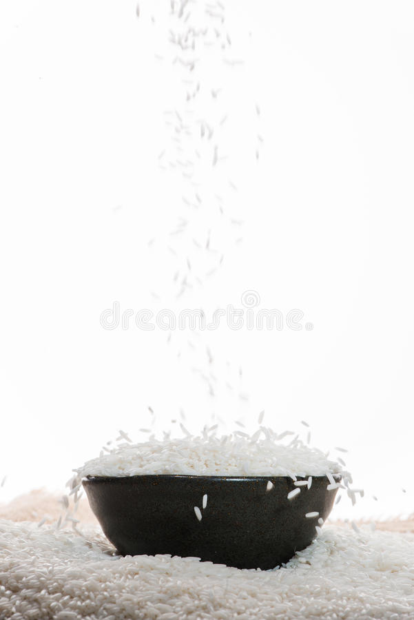 Weißer Reis, der unten fällt Jasmine Rice, thailändischer Reis, roher Reis stockbild