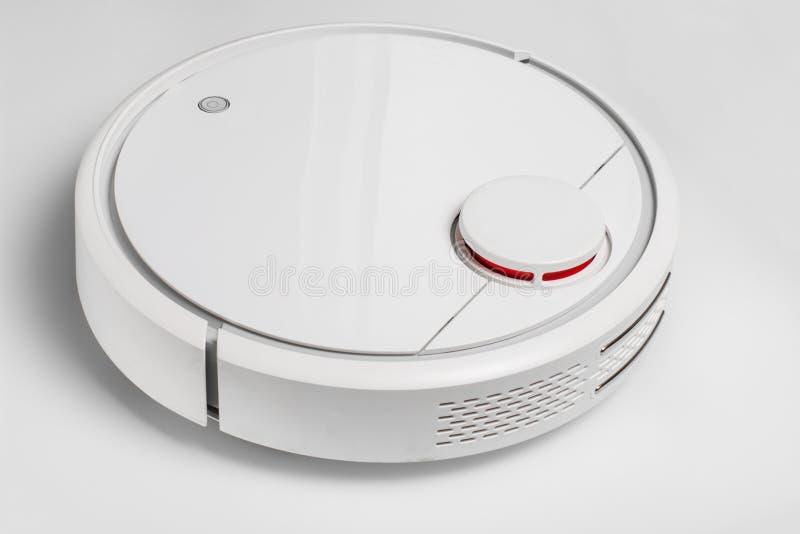 weißer Roboterstaubsauger Der Roboter wird durch Sprachsteuerungen für direkte Reinigung gesteuert Moderne Technologie der intell lizenzfreie stockfotografie