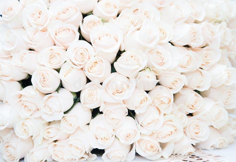 Weißer Rosehintergrund Luxusblumenstrauß lizenzfreies stockbild