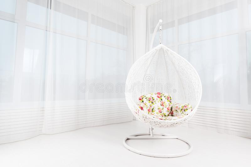 Weißer runder Stuhl mit Blumen in einem hellen großen Wohnzimmer betrüger stockbilder