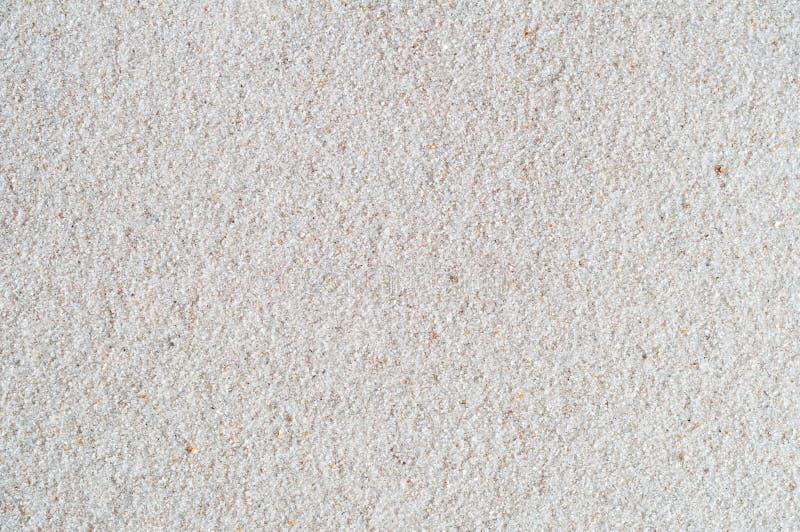 Weißer Sand-Hintergrund mit kiesiger Beschaffenheit stockfotografie