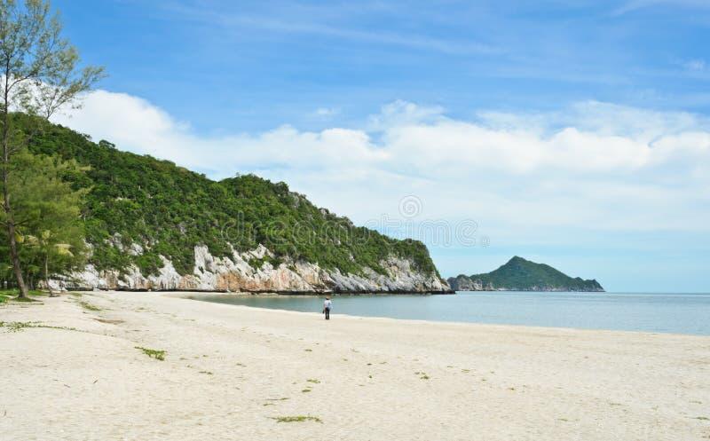 Weißer Sandstrand in Thailand stockfotografie