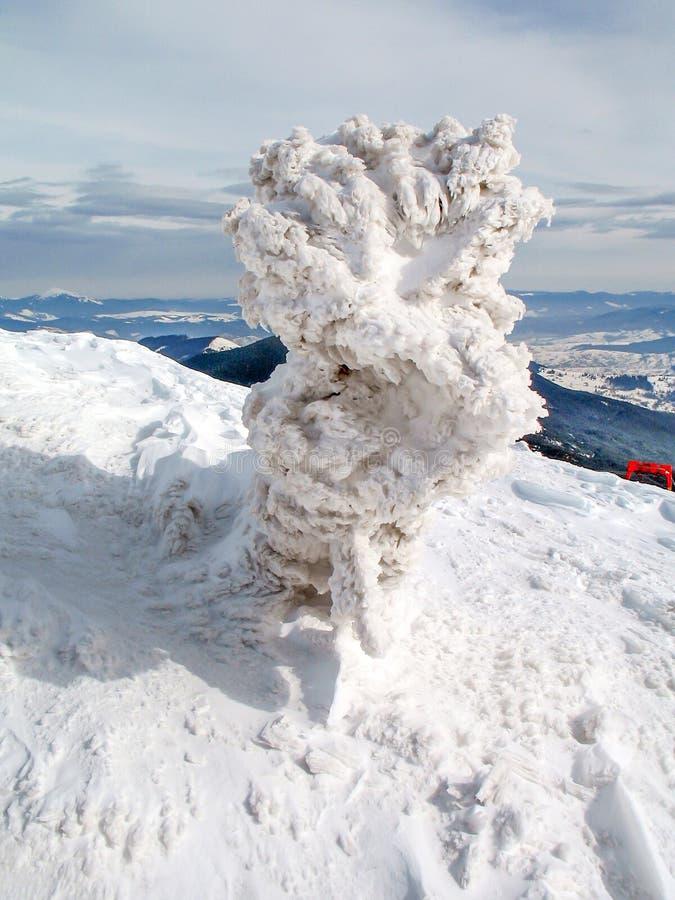 Weißer Schnee umfasste Bergspitzen auf Hoch  stockfoto